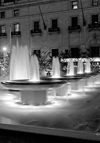 Iconic copper fountains elegently lit and choreographed early in Mellon Square's history / Princeton Architectural Press