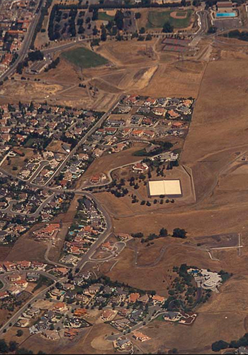 Urban sprawl in an arid landscape near Near the Central Valley, California / EcoLibrary