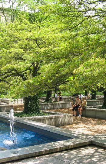ASLA 2015 Professional Awards. The Landmark Award. The Art Institute of Chicago South Garden by Dan Kiley / Charles Birnbaum, FASLA