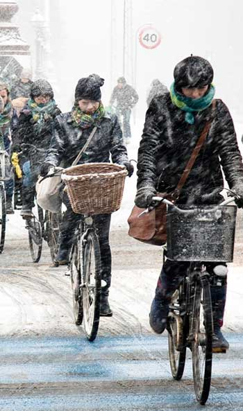 Copenhageners biking in winter / My City Way