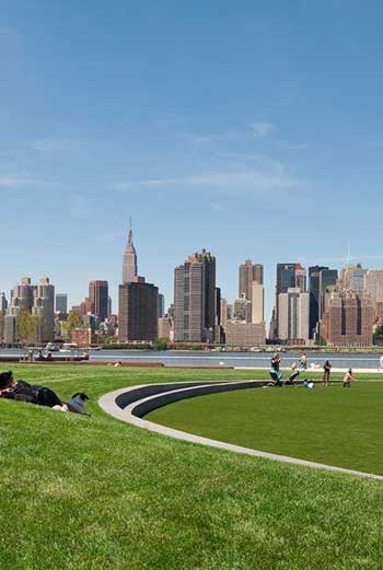 ASLA 2014 Professional General Design Honor Award. Hunter's Point South Waterfront Park / Copyright Albert Vecerka/ESTO