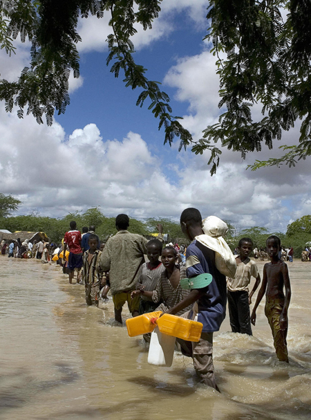 Somali refugees displaced by flooding / How Stuff Works / Brendan Bannon /AFP, Getty Images